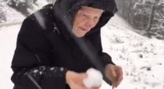 Το βίντεο που θα σου λιώσει την καρδιά: Τι ακριβώς κάνει αυτή εδώ η γιαγιά