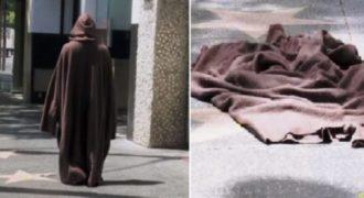 Απίστευτη φάρσα: άνδρας φορώντας μια ρόμπα εξαφανίζεται μπροστά στα μάτια τους!(Βίντεο)
