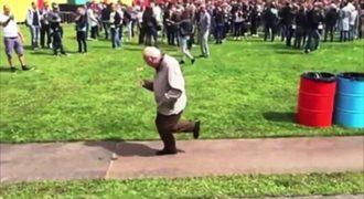 Ένας 83χρονος νομίζει ότι δεν τον προσέχουν και αρχίζει να χορεύει. Οι κινήσεις του; Επικές!