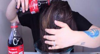 Ξέβγαλε τα μαλλιά της με 2 μπουκάλια Coca-Cola το αποτέλεσμα δεν το περίμενε… (Βίντεο)