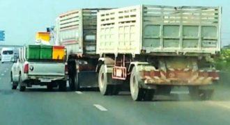 Τρελή κόντρα οδικής οργής μεταξύ ενός αγροτικού Αυτοκινήτου και φορτηγού (Βίντεο)