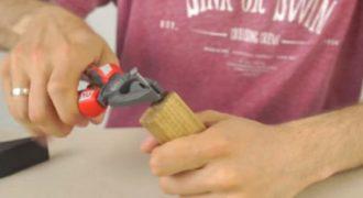 Δεν έχετε ανοιχτήρι εύκαιρο; Δημιούργησε ένα με ένα καρφί και ένα κομμάτι ξύλου. (Βίντεο)