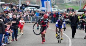Ποδηλάτης δεν περνάει τον αντίπαλο του, του οποίου το ποδήλατο έσπασε 1km πριν το τέρμα.