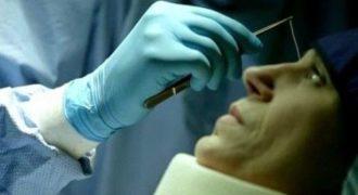 Αηδία! Είχε έντονους πονοκεφάλους και όταν πήγε στον γιατρό της αφαίρεσαν από το μάτι ένα τεράστιο… Αντέχεις να το δεις; [video]