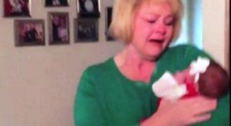 Της έβαλαν ένα μωρό στην αγκαλιά της. Προσέξτε την αντίδραση της μόλις της είπαν σε ποιον ανήκει..