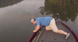 Πήγε για ψάρεμα και αυτό που έπιασε δεν το φανταζόταν ούτε ο ίδιος (video)
