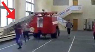 Η ταχύτητα που μπορεί και ανεβαίνει αυτός ο πυροσβέστης την σκάλα είναι εξωφρενική!