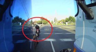 Απίστευτο: Δείτε τι συνέβη σε έναν μηχανόβιο την ώρα που σταμάτησε στο φανάρι