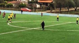 Γιαγιά διέκοψε ποδοσφαιρικό αγώνα στη Θεσπρωτία για να κόψει… δρόμο!
