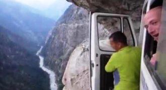 Οδηγούν στο χείλος του γκρεμού, περνούν μέσα από καταρράχτη και… γελάνε! (Video)