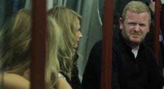 Συγγνώμη κυρία μου, δεν πιστεύω να θηλάζετε μέσα στο μετρό; (Βίντεο)