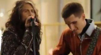 Πλανόδιος μουσικός τραγουδάει Aerosmith και εμφανίζεται ο Steve Tyler. Τα χάνει αλλά τραγουδάνε μαζί και γίνεται χαλασμός! (βίντεο)…