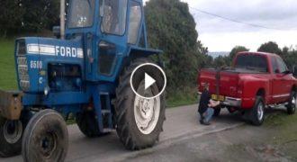 Έβαλαν κόντρα δύναμη ένα τρακτέρ Ford και ένα 4Χ4 αγροτικό! (Βίντεο)