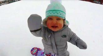 Είναι μόλις 1 έτους και ισορροπεί πάνω στην σανίδα του σνόουμπορντ σαν… επαγγελματίας!