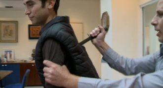 Δημοσιογράφος τέσταρε αλεξίσφαιρο γιλέκο και κατέληξε μαχαιρωμένος (Βίντεο)