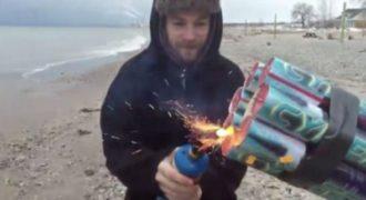 Δημιούργησε ένα κανόνι από πυροτεχνήματα δεμένο σε έναν σωλήνα PVC. (Βίντεο)