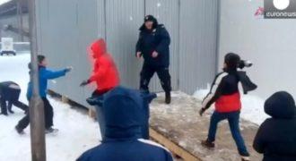 Όταν πρόσφυγες εκτός ελέγχου επιτίθενται άνανδρα σε αστυνομικό στη Σερβία