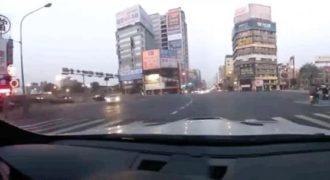 Ήθελε να εντυπωσιάσει την κοπέλα του με το σπορ αυτοκίνητο και τελικά τράκαρε. (Βίντεο)