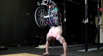 Μαθήματα ζωής και δύναμης: Κάνει push ups με το αναπηρικό του καροτσάκι!(Βίντεο)