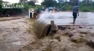 Αυτοκίνητο προσπαθεί να περάσει «φουσκωμένο» ποτάμι και… δείτε τί έπαθε (Βίντεο)