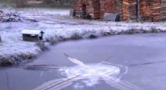 Τι θα συμβεί άμα ανάψετε ένα πυροτέχνημα κάτω από μια παγωμένη λίμνη; (Βίντεο)
