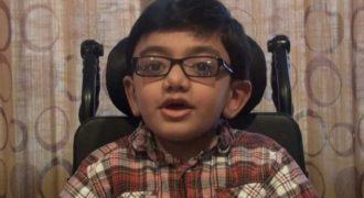 Ένα 12χρονο παιδί με ανίατη ασθένεια τραγουδάει «Not Afraid». Και το κάνει καταπληκτικά..