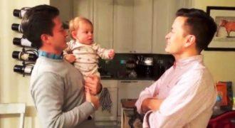 Αυτό το αξιολάτρευτο μωράκι μπερδεύτηκε άσχημα όταν είδε τον δίδυμο αδελφό του μπαμπά του!