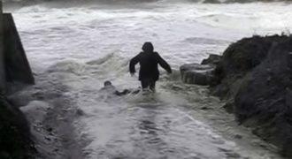 Ηλικιωμένοι ζευγάρι «καταπίνεται» από την θάλασσα αλλά ευτυχώς ήταν κάποιος εκεί και τους έσωσε!
