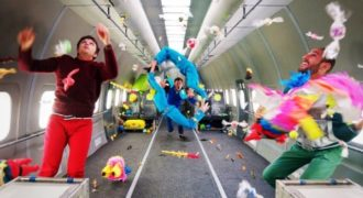 Αυτό το συγκρότημα κυκλοφόρησε ένα απίστευτο βίντεο κλιπ χωρίς… βαρύτητα!
