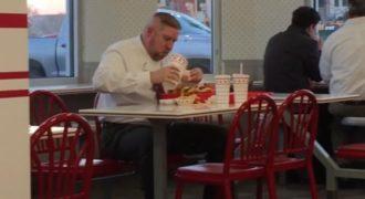 Πεινασμένος άνθρωπος πήγε για μεσημεριανό και τα έφαγε όλα. Δείτε τι παράγγειλε…