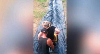 Έχτισαν μια γιγαντιαία νεροτσουλήθρα στον κήπο τους. Εντυπωσιακό! (Βίντεο)