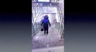 Αυτή η άτυχη γυναίκα είχε μια εντυπωσιακή πτώση από την σκάλα. Δείτε τι συνέβη…