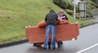 Δυο μεθυσμένοι Ιρλανδοί προσπαθούν να μεταφέρουν έναν καναπέ. Ανεκτίμητη στιγμή.