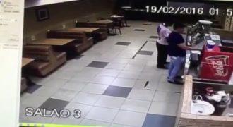 Ένας ληστής δεν ήξερε ότι ακριβώς δίπλα του βρισκόταν ένας αστυνομικός και δείτε τι έγινε.