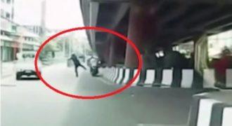 Δείτε τι κάνει ένας τροχονόμος στην Κίνα όταν βλέπει μοτοσικλετιστή χωρίς κράνος (Video)