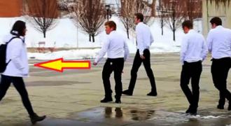 Μια Κοπέλα Περπατάει Μόνη της στο Δρόμο… Δείτε όμως τι θα Κάνουν οι Άντρες με τα Λευκά Πουκάμισα!