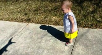 Παιχνιδιάρικος πατέρας χρησιμοποιεί τη σκιά του για να τρομάξει την κόρη του. (Βίντεο)