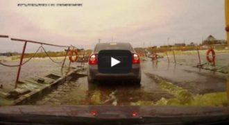 Όταν μια πλωτή γέφυρα δεν αντέχει το βάρος των οχημάτων… (Video)
