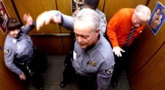 Σερίφηδες το ζουν έντονα στο ασανσέρ χορεύοντας Nae Nae [βίντεο]