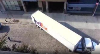 Παρακολουθήστε τον λαμπρό τρόπο με τον οποίο αυτός ο οδηγός πάρκαρε το φορτηγό του.