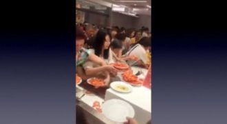 Απίστευτη συμπεριφορά Κινέζων τουριστών σε μπουφέ. Μα καλά, πρώτη φόρα τρώνε; (Βίντεο)