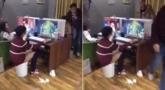 Αυτός ο νέος κάνει την ανάγκη του σε έναν κουβά για να μην εγκαταλείψει το παιχνίδι. (Βίντεο)