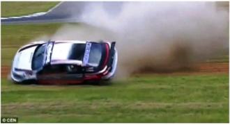 Βίντεο που «κόβει την ανάσα»: Αγωνιστικό αυτοκίνητο στριφογυρίζει 6 φορές στον αέρα και πέφτει σε φράχτη