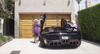Δυο γιαγιάδες πήραν βόλτα μια Lamborghini και τρέλαναν τους περαστικούς! (Video)