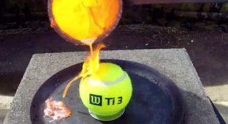 Τι θα συμβεί όταν ρίξεις λιωμένο χαλκό σε μια μπάλα του τένις;