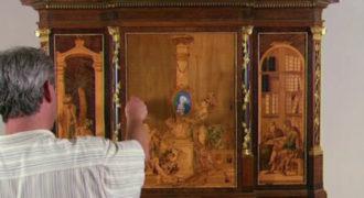 Είναι πάνω από 200 ετών. Δείτε τι συμβαίνει όταν ανοίγουν τα ντουλάπια του.