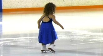 Αυτή η αξιολάτρευτη 3χρονη μικρή δείχνει τις ικανότητές της στο πατινάζ και τρελαίνει το κοινό!