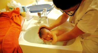 Αυτή η νοσοκόμα πλένει αυτό το μωράκι με έναν τρόπο που θα σε ξαφνιάσει! [Βίντεο]