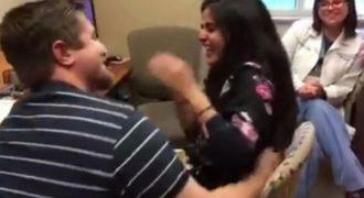 Λύγισε από συγκίνηση! Της έκανε πρόταση γάμου όταν άκουσε πρώτη φορά (ΒΙΝΤΕΟ)