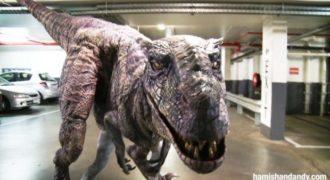 Επική φάρσα με γεύση Jurassic Park: Δεινόσαυρος εμφανίζεται στο πάρκινγκ και αρχίζουν να τρέχουν πανικόβλητοι